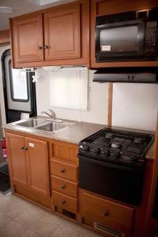 アメリカ レンタルキャンピングカー(モーターホーム)の旅 CS-25 キッチンスペース