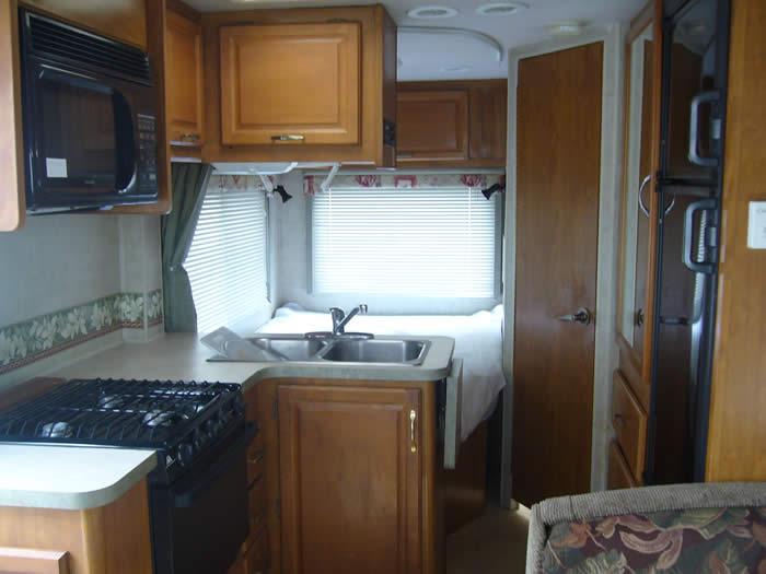 アメリカ レンタルキャンピングカー(モーターホーム)の旅 C-25キッチン&ベッドルーム