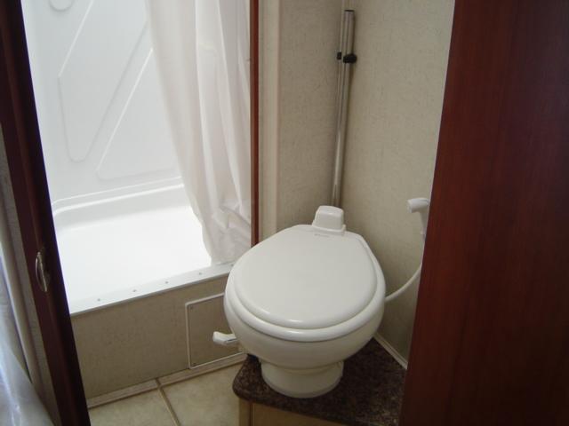 アメリカ レンタルキャンピングカー(モーターホーム)の旅 CS-25 トイレ&シャワー