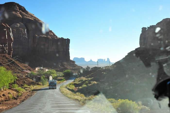 写真は映画『DON'T STOP!』の撮影の時にモニュメントバレーのRVパークから出発した時のショットです。