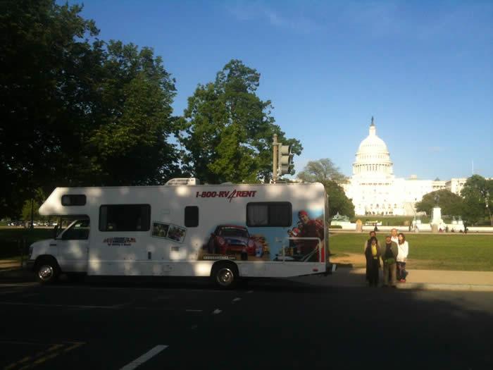 ワシントンD.C.にあるアメリカ合衆国議会議事堂をバックに