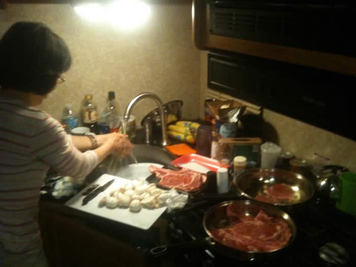 車内のキッチンで料理を作られました