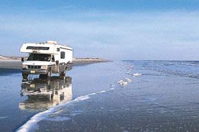 アメリカ レンタルキャンピングカー(モーターホーム)の旅 海辺を走るキャンピングカー